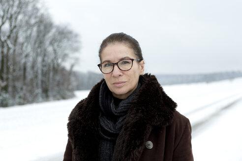 Portrait of mature woman in winter - FLLF00060
