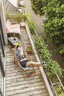 Deutschland, NRW, Frechen, Homestory,Eigenheim, Eigentum, Wohnung, Home, Balkon, junge Frau, Entspannen, Liegestuhl - PESF01188