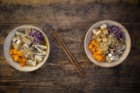 Miso-Ramen-Suppe mit Nudeln, Hokaido-Kürbis, rote Rettichsprosse, angebratener Tofu, Buchenpilze (Shimeji) und Kräuterseitling - LVF07754