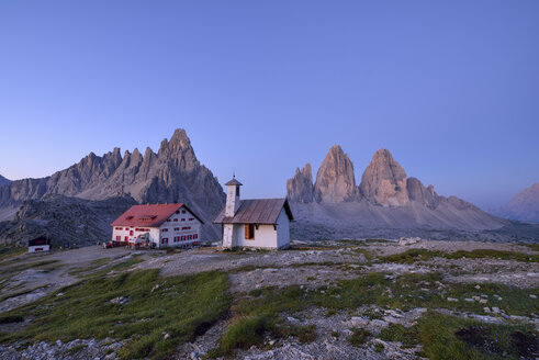 Chapel and Refugio Antonio Locatelli  with the famous Tre Cime di Lavaredo and Mount Paterno near sunrise, Trentino-Alto Adige, Italy - RUE02118