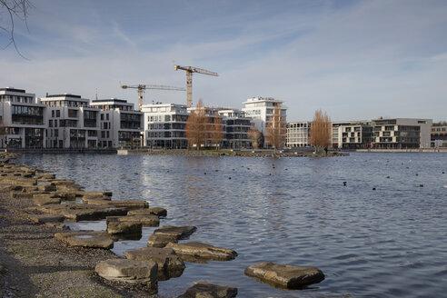 Deutschland, Nordrhein-Westfalen, Ruhrgebiet, Dortmund, Hörde, Phoenix-See, Wohngebäude und Geschäftsgebäude - WIF03802