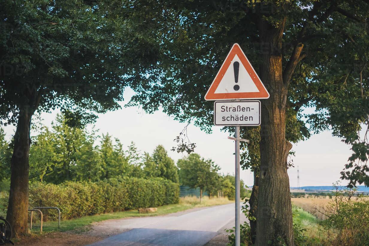 Germany, warning sign 'roadway damages' - JSCF00145 - Jonathan Schöps/Westend61