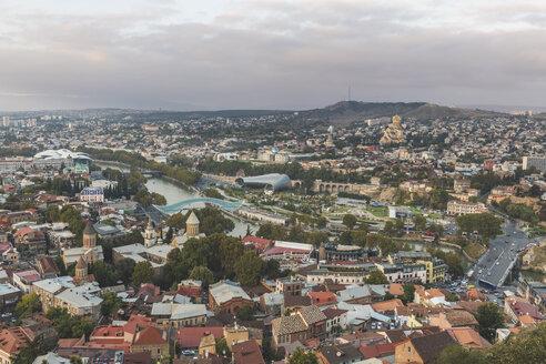 Georgien, Tiflis, Blick von der Festung Narikala auf die Altstadt mit Friedensbrücke, Konzerthalle, Parlament, Sameda-Kathedrale - KEBF01090