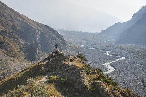 Georgia, Greater Caucasus, Stepantsminda, wayside cross at Georgian Military Road - KEBF01120