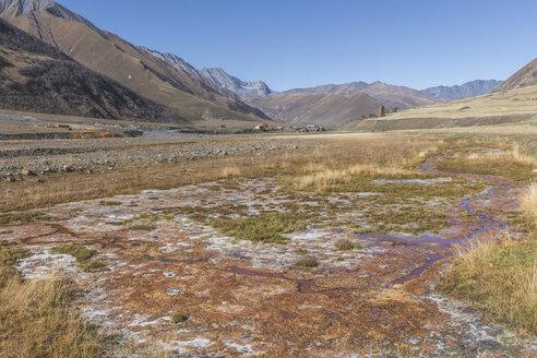 Georgien, Großer Kaukasus, Trusso-Hochebene mit dem Dorf Ketrisi und altem Wehrturm, mineralische Ablagerungen - KEBF01129