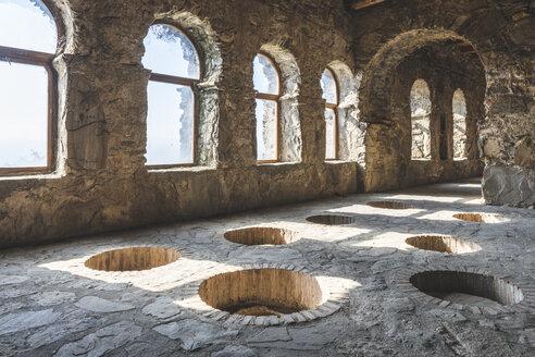 Georgien, Kachetien, Kvareli, Kloster Nekresi, alter Weinkeller - KEB01147