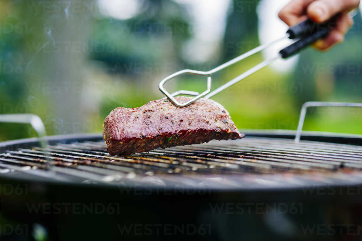 Grilling lamb fillet on charcoal grill - PPXF00150 - Pro Pix/Westend61