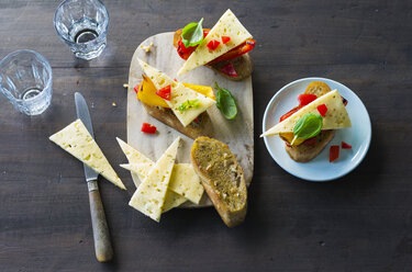 Bruschetta with bell pepper and slices of Cheddar cheese - PPXF00177