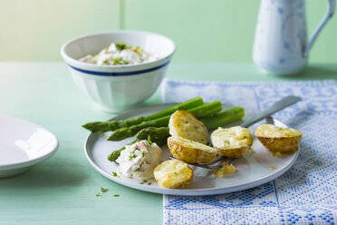 Baked potatoes with green asparagus and cream cheese, gratinated with cheese - PPXF00180