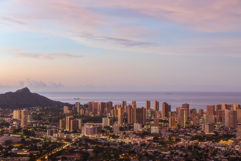 USA, Hawaii, Oahu, Puu Ualakaa State Park, View from Tantalus Lookout to Honolulu and Diamond Head at sunrise - FOF10299