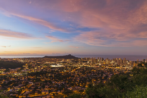 USA, Hawaii, Oahu, Puu Ualakaa State Park, View from Tantalus Lookout to Honolulu and Diamond Head at sunrise - FOF10305