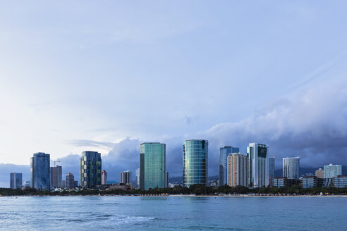 USA, Hawaii, Oahu, Honolulu, Ala Moana Beach at blue hour - FOF10326