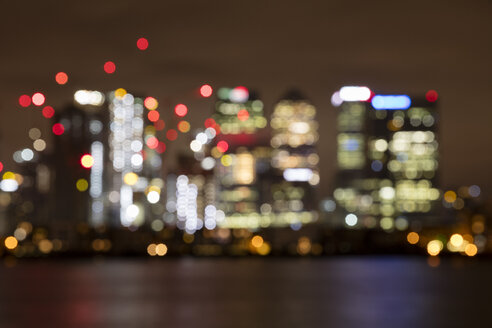 United Kingdom, England, London, Docklands, Isle of Dogs, Canary Wharf at night, blurry - WIF03823