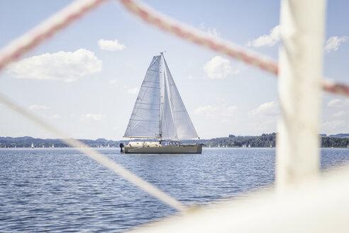 Germany, Bavaria, Chiemsee, Sailing Boat Trimaran - MAMF00394