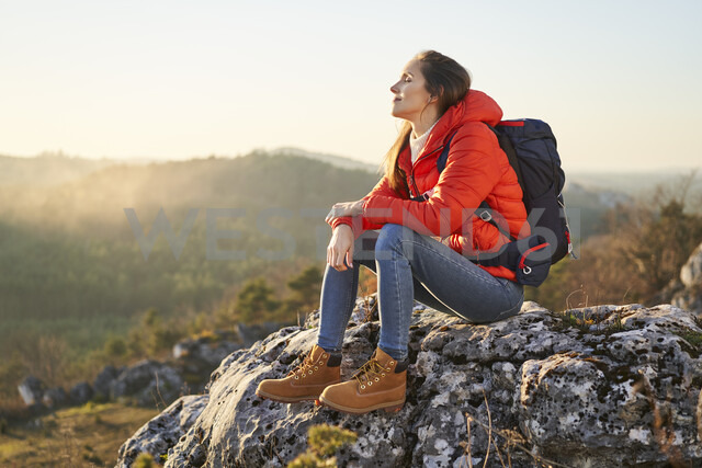 Woman on a hiking trip in the mountains resting on a rock - BSZF00965 - Bartek Szewczyk/Westend61
