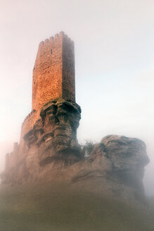 Spain, Guadalajara, Castle of Zafra and fog in the morning - DSGF01844