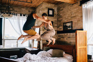 Couple jumping on bed - ISF20670