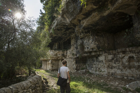 Italy, Sicily, Province of Ragusa, Parco Archeologico Forza, Cava d`Ispica, hiker - MAMF00407