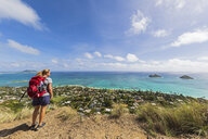 USA, Pazific Ocean, Hawaii, Oahu, Kailua, female hiker on the Lanikai Pillbox Trail, Kaiwa RidgeTrail, view to Na Mokulua, The Twin Islands - FOF10380