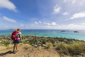 USA, Pazific Ocean, Hawaii, Oahu, Kailua, female hiker on the Lanikai Pillbox Trail, Kaiwa RidgeTrail, view to Na Mokulua, The Twin Islands - FOF10380