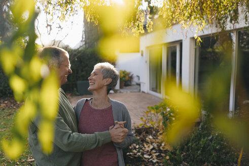 Senioren, Gelsenkirchen, NRW, Deutschland, Alter, Paar, Ehe, gemeinsam, Zärtlichkeit, Berührungen, Garten, Immobilie, w56, m67 - KNSF05503