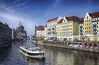 Germany, Berlin, Berlin-Mitte, Nikolai Quarter, Spree river with tourboat, Berlin Cathedral in the background - ALE00095