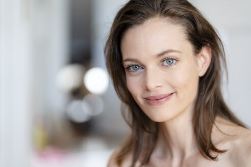 Portrait of smiling woman with brown hair - DIGF05844