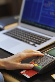 Germany, Berlin, Customer using credit card scanner. banking, finance, contactless payment - AZF00116