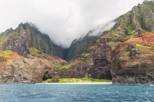 USA, Hawaii, Kauai, Na Pali Coast State Wilderness Park, Na Pali Coast, Honopu Beach - FOF10399