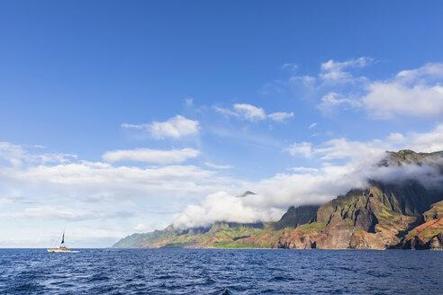 USA, Hawaii, Kauai, Na Pali Coast State Wilderness Park, Na Pali Coast, catamarn - FOF10402