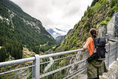 Schweiz, Kanton Wallis, Wanderung von Blatten über Stauseemauer zur Riederalm. - DMOF00104