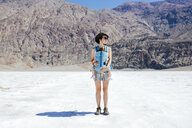 USA, California, Death Valley National Park, Badwater Basin, mother - GEMF02857