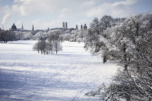 Germany, Munich, English Garden, view to skyline in winter - RBF07010