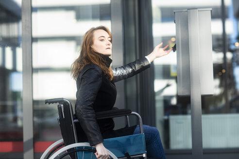 Junge Frau im Rollstuhl aussen - SGF02257