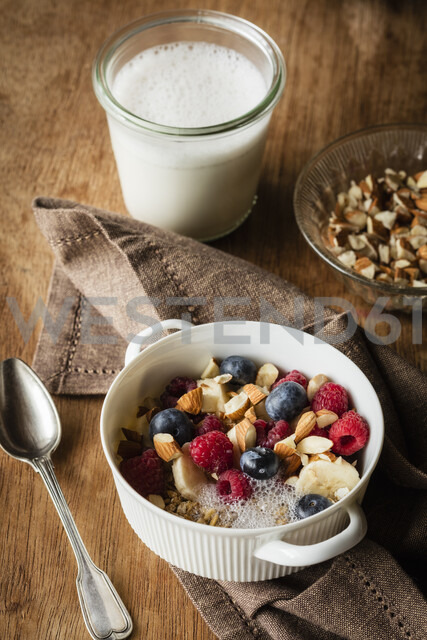 Cereals with almond milk, nuts and berries, vegan - EVGF03409 - Eva Gruendemann/Westend61