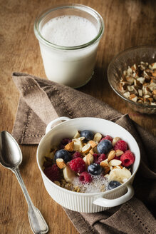 Cereals with almond milk, nuts and berries, vegan - EVGF03409