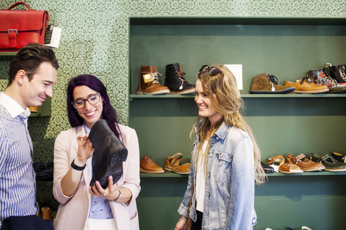 Friends shopping for boot in a boutique - ASTF04118