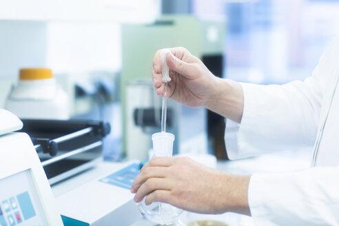 Laboruntersuchung am Labortisch - SGF02264