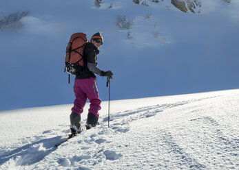Switzerland, Bagnes, Cabane Marcel Brunet, Mont Rogneux, woman ski touring in the mountains - ALRF01372