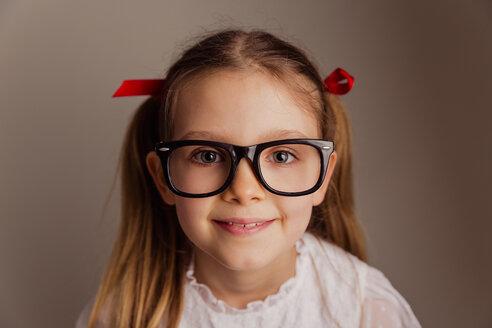 Portrait of little girl wearing oversized glasses - NMS00293
