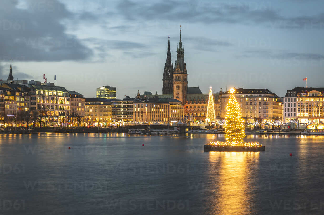 Germany, Hamburg, town hall, St. Nicholas' Church, Christmas tree, Binnenalster in the evening - KEBF01188 - Kerstin Bittner/Westend61