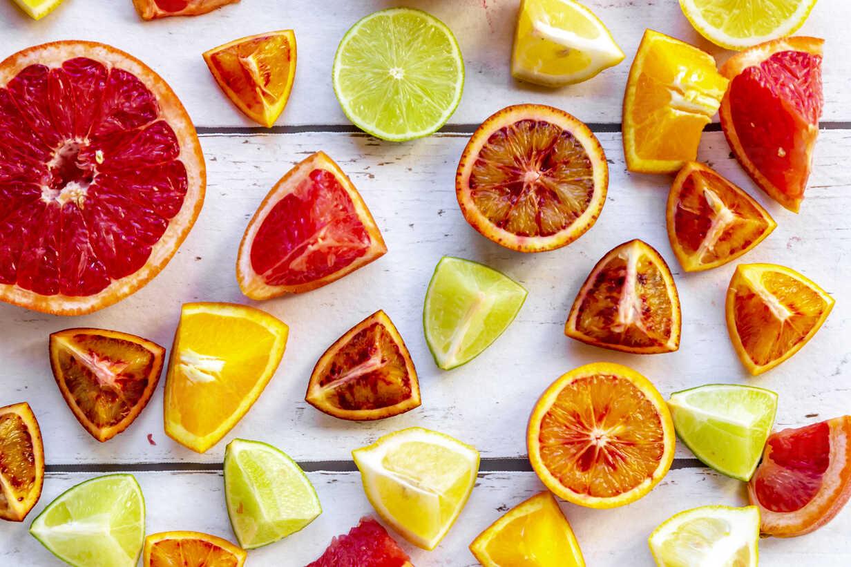 Sliced citrus fruits on white wood - SARF04130 - Sandra Roesch/Westend61