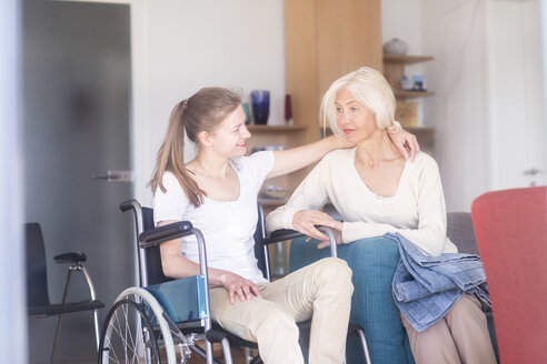Mutter und Tochter im Rollstuhl sitzend - SGF02333