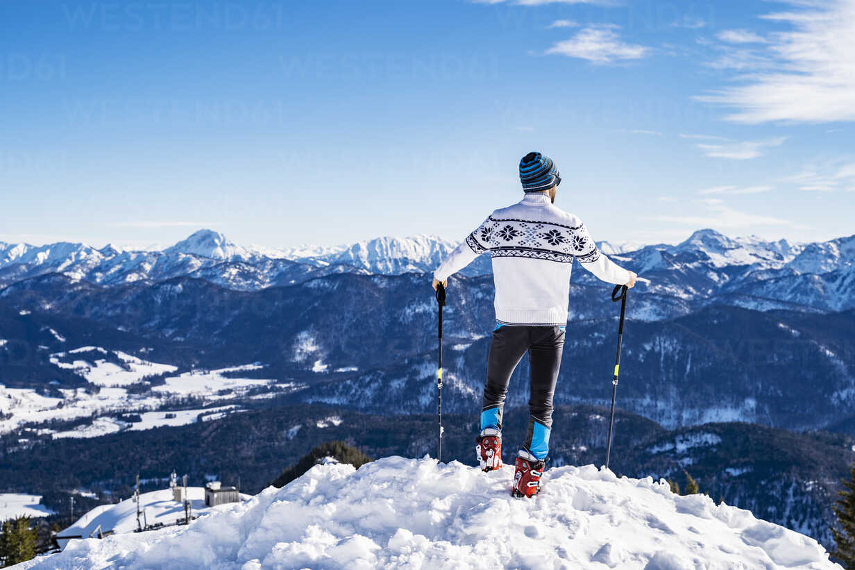 Germany, Bavaria, Brauneck, man in winter standing on mountaintop - DIGF05970 - Daniel Ingold/Westend61