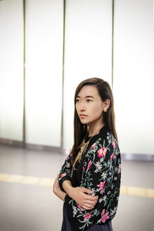Portrait of fashionable young woman - DMOF00147