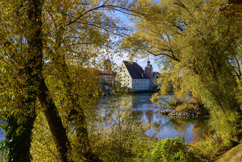 Donau vom Unteren Wöhrd mit Salzstadel und Brückentor, Regensburg, Oberpfalz, Bayern, Deutschland - LBF02383