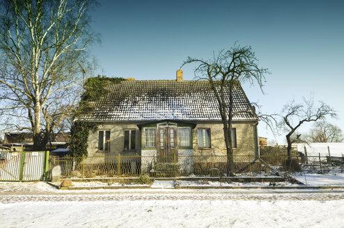Germany, Brandenburg, old farmhouse in winter - ALE00104