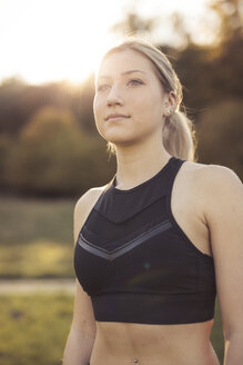 Portrait of young sportive woman against evening sun - SEBF00010