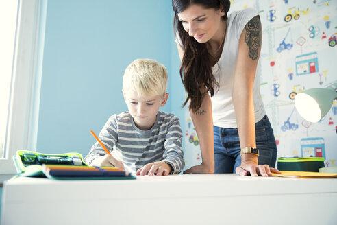 Deutschland, NRW, Haus, Kinderzimmer, Junge, Schreibtisch, Stifte, Hausaufgaben, - MFRF01212