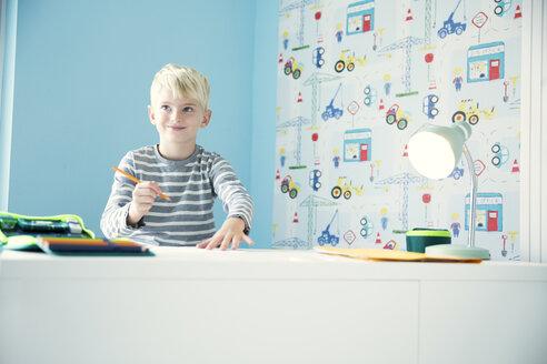 Deutschland, NRW, Haus, Kinderzimmer, Junge, Schreibtisch, Stifte, Hausaufgaben, - MFRF01215